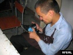 Тәжік етікшісі. Душанбе, 15 желтоқсан 2008 жыл. (Көрнекі сурет)