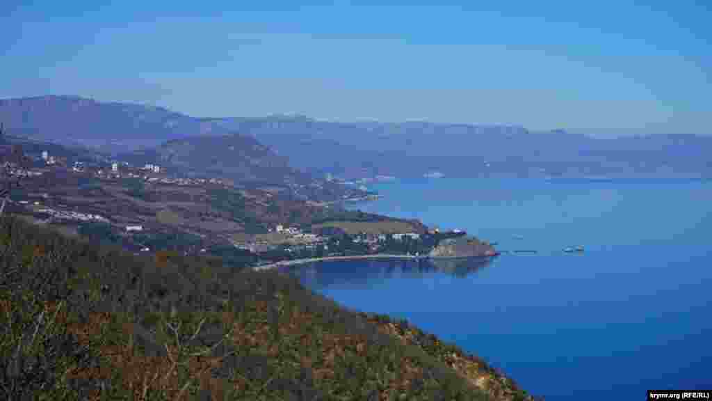 Чуть ниже, с восточного отрезка маршрутной тропы, отчетливо вырисовывались мыс Плака, гора Кастель, за ними таяла в сизой дымке видимая прибрежная зона Алушты