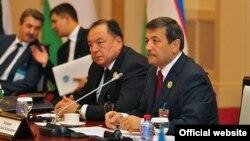 Члены семьи Мирзаевых были задержаны в рамках расследования уголовного дела, возбужденного в отношении экс-генпрокурора Узбекистана Рашида Кадырова (первый справа).