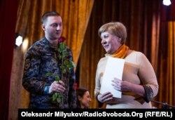 Нагороджують волонтера Марину Ізосімову. Одеса, 7 березня 2018 рок