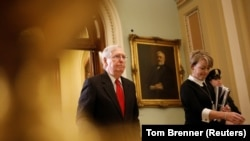Liderul majorității din Senat Mitch McConnell părăsește sala în timpul procesului de impeachment