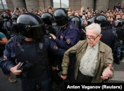 Images of Yury Sternik's arrest by police on September 9 quickly spread.