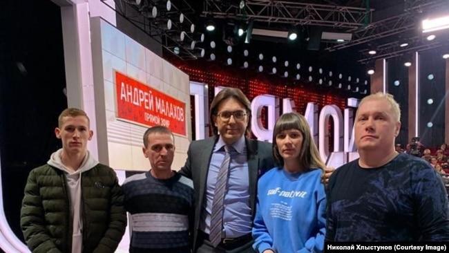 Михаил, Андрей и Алена Хлыстуновы на съемках ток-шоу