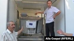 Ştefan Sandic şi laboratorul său mobil pentru extragerea mierii