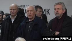 Палітык Аляксандар Казулін, скульптар Алесь Шатэрнік, лідэр руху «За свабоду» Аляксандар Мілінкевіч