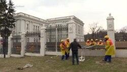 Се урива оградата околу Владата