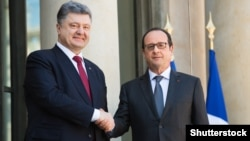 French President Francois Hollande (right) met with his Ukrainian counterpart Petro Poroshenko in Aachen on May 14. (file photo)