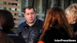 О том, какие обвинения предъявлены адвокату Георгию Ониани стало известно через 14 часов после его задержания. По данным следствия, в 2011 году он незаконно задержал менеджера компании, которая выпускала футболки с логотипом «Грузинской мечты»