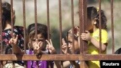 Сириялық босқындар Түркиямен шекаралас қаладағы лагерге жиналды. 10 маусым,2011