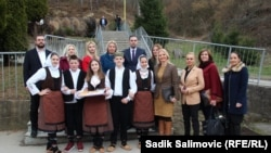 Ministrica Natalija Trivić (četvrta s desne strane) sa učenicima i nastavnicima Prve osnovne škole, Srebrenica