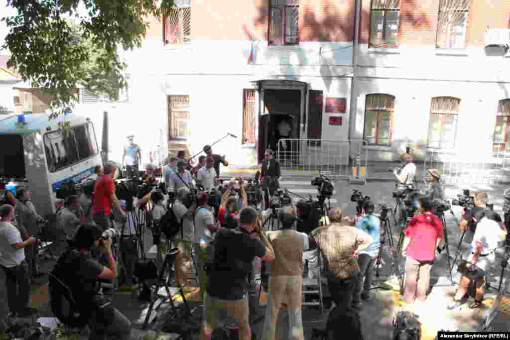 Утро 8 августа у Хамовнического суда. Не все журналисты попадут внутрь