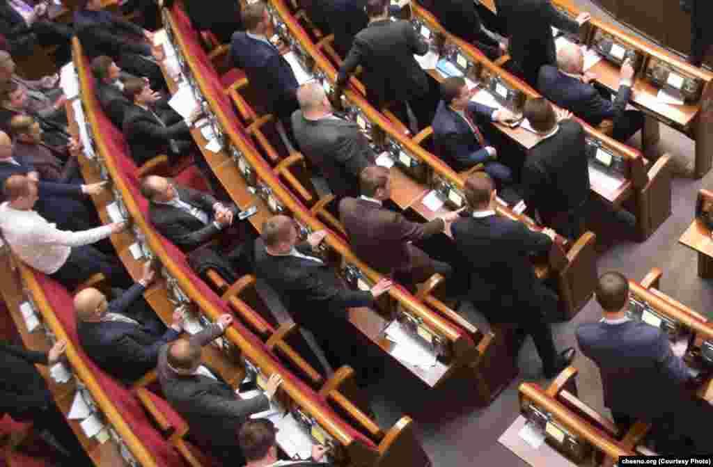 Музична пауза: ось як у 2018 році депутати тренувалися у грі в піаніно. Оскільки інструментів у сесійній залі немає, деякі вирішили тиснути на інші кнопки. На фото – яскравий приклад «кнопкодавства» (голосування депутатом замість колег)
