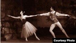 """Айсулуу Токомбаева Чолпонбек Базарбаев менен """"Жизель"""" балетинде. Бишкек, 1980-жыл."""