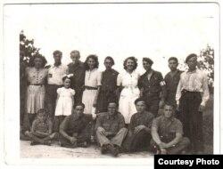 2. Францыя, 1944. Зь сябрамі-партызанамі і дзяўчатамі. Фадзей сядзіць у цэнтры.