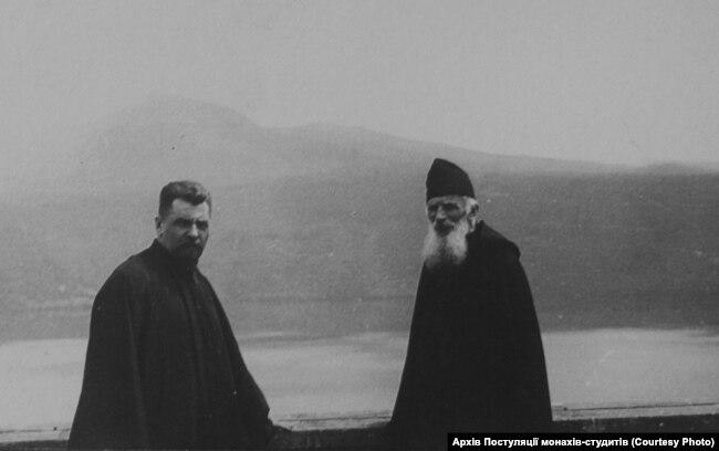 Йосиф Сліпий (ліворуч) і Климентій Шептицький під час візиту до Італії (Тіволі) біля озера Альбано, 1939 рік. Фото із фондів Постуляційного центру монастирів Студійського уставу
