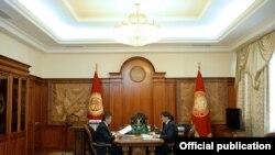Президент Сооронбай Жээнбеков жана премьер-министр Мухаммедкалый Абылгазиев.