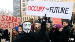 2012 februárjában tüntetéshez vezetett, hogy a kormányzat a felsőoktatáshoz nyúlt. Akkor a felvételi keretszámokat csökkentették az állami karokon, miközben a képzést elvégzőket röghöz kötötték.