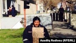 Baku, işsiz adam protest bildirýär
