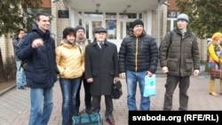 Перад Ленінскім судом Горадні ўдзельнікі «маршу недармаедаў»