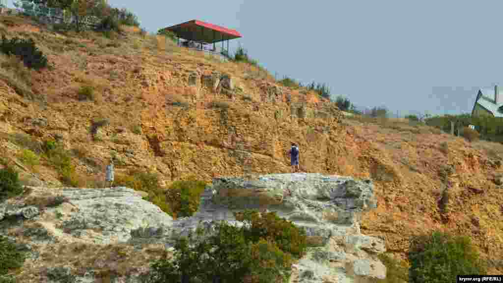 Туристы осматривают окрестности с известнякового останца