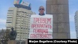 Республика алаңында жалғыз адамдық пикет өткізіп тұрған белсенді Асхат Жексебаев. Алматы, 4 қазан 2019 жыл.