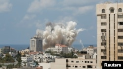 Облако дыма над сектором Газа после авиаударов израильских ВВС. 9 августа 2014 года.