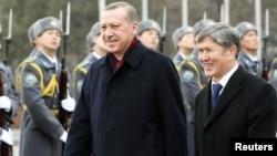 Эрдоган (слева в черном) в Кыргызстане, 2 февраля 2011