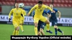 Руслан Малиновський (8 номер) під час матчу України та Словаччини