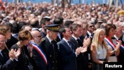 Премьер-министр Франции Мануэль Вальс (в центре в первом ряду) во время церемонии в память о жертвах теракта в Ницце. 18 июля 2016 года.