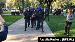 Азербејџанската полиција апси опозициски демонстрант во пресрет на одржување на протест во Баку. 19.10.2019.