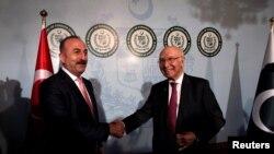 Minsitri i jashtëm turk Mevlut Cavusoglu (majtas) gjatë takimit me këshilltarin e lartë për politikë të jashtme në Pakistan Sartaj Aziz në Islamabad