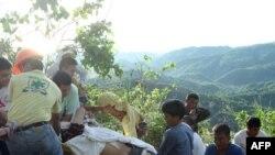 پلیس با کمک ساکنان محلی اجساد و زخمیها را از درون دره بیرون آوردند