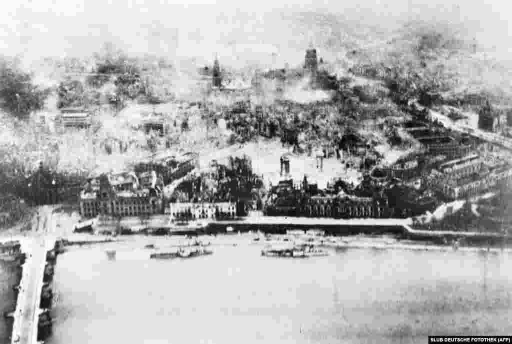 Дрезден тлее след атаките. Снимката е от 16 февруари.