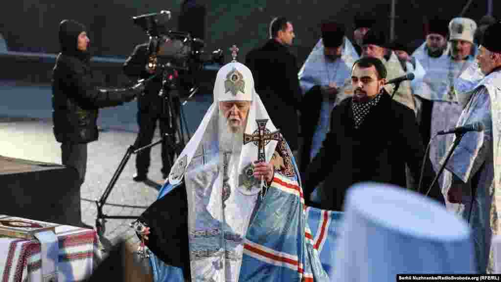 Патріарх Філарет читає молитву за загиблими