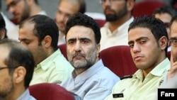 مصطفی تاجزاده (نفر وسط) در دادگاههای گروهی سال ۱۳۸۸.