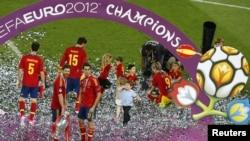 Переможець Євро-2012, збірна Іспанії святкує перемогу на полі Олімпійського стадіону в Києві, 1 липня 2012 року