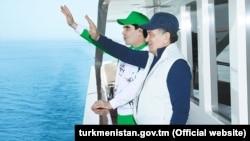 Türkmenistanyň prezidenti Gurbanguly Berdimuhamedow (çepde) we Özbegistanyň prezidenti Şawkat Mirziýoýew (arhiw suraty)