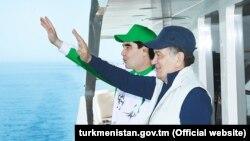 Türkmenistanyň we Özbegistanyň prezidentleri G.Berdimuhamedow (ç) we Ş.Mirziýoýew, Awaza, 20-nji maý, 2017