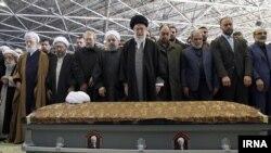 Eýranyň ýokary ruhany lideri Aýatollah Ali Hameniýi (ortada) Rafsanjaniniň tabydynyň başyda doga okady.