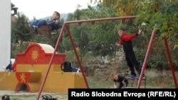 """Архивска фотографија - Партиски симболи во дворот на основното училиште """"Крсте Мисирков"""" во село Бистрица во близина на Битола."""