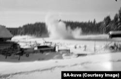 Baraj de artilerie în fața avansului trupelor sovietice, lângă o fermă din apropierea capitalei Helsinki