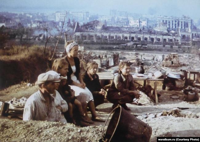 Жители оккупированного города