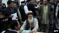 Лидер афганских салафитов Абдул Расул Сайяф подает документы в избирком для регистрации в кандидаты в президенты Афганистана. Кабул, 3 октября 2013 года.