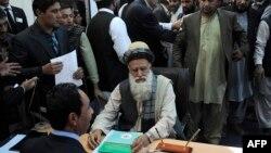 Ауғанстан салафиттерінің лидері Абдул Раб Расул Сайяф сайлауға кандидат ретінде тіркеліп отыр. Кабул, 3 қазан 2013 жыл.