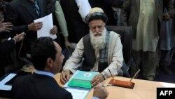 Один из полевых командиров Абдул Расул Сайяф регистрируется в качестве кандидата в президенты Афганистана. Кабул, 3 октября 2013 года.