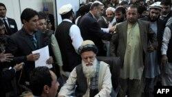 Öňki yslamçy meýdan komandiri Abdul Rab Rasul Saýaf Garaşsyz saýlaw komissiýasynda, Kabul, 3-nji oktýabr, 2013.