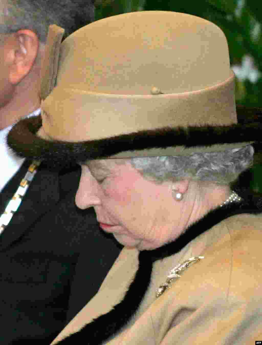 Королева Великобритании Елизавета II на лекции в университетской больнице Дюссельдорфа - во время трехдневного визита в Германию в 2004 году.