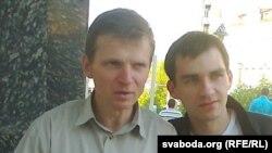 Алег Кудрачоў на здымку зьлева. Зь ім фатаграфуецца юнак, які прыйшоў яго падтрымаць на знак салідарнасьці.