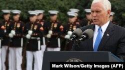 Вице-президент США Майк Пенс выступает возле казармы в Бейруте, где в 1983 году были убиты американские морские пехотинцы, 23 октября 2017 года