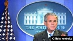 اظهارات اخیر آقای بوش پس از آن صورت گرفت که یک روز پیش از آن، رسانه های بین المللی از تصمیم دولت پاکستان برای اعلام حالت فوق العاده خبر دادند.